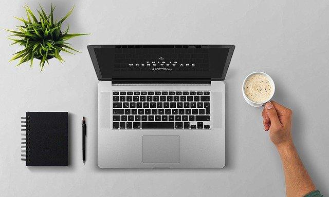 laptop, zápisník a káva