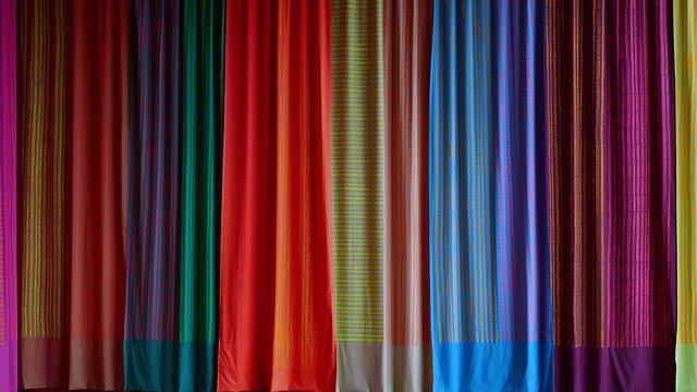 barevné závěsy
