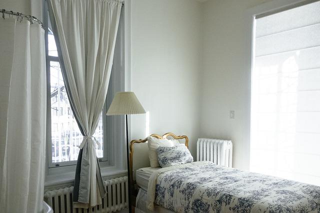 okna u postele