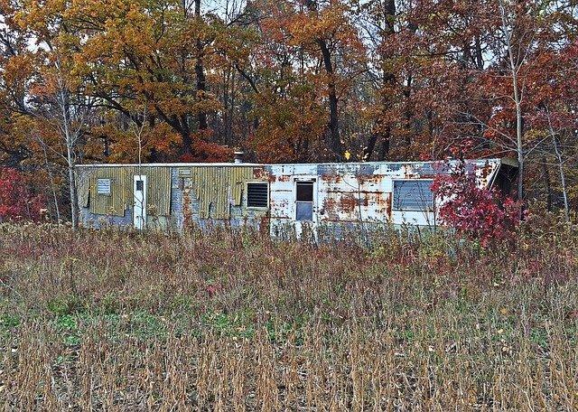 zničený mobilní dům