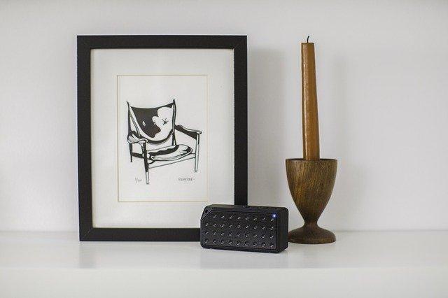 obrázek, svíčka a reproduktor