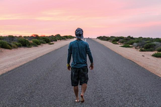 chůze středem silnice