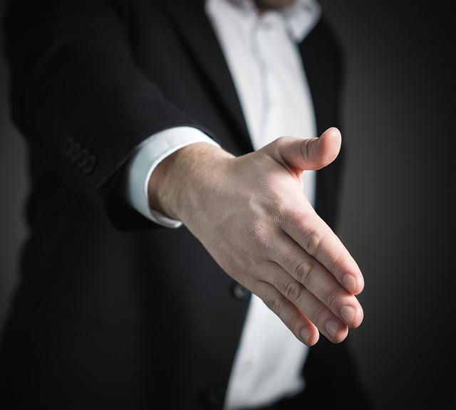 podaná ruka na pozdrav